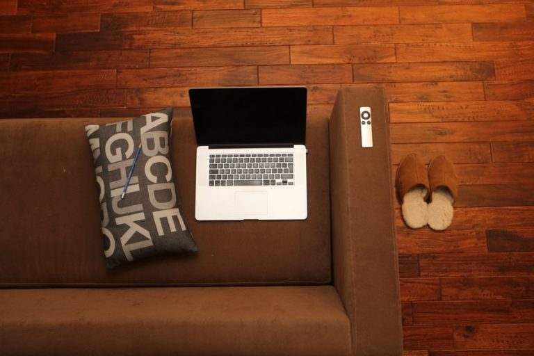 6 Tips To Help You Stay Organized! www.herviewfromhome.com