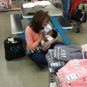 Stranger Helps Busy Mom – Proves There Is Hope In This World