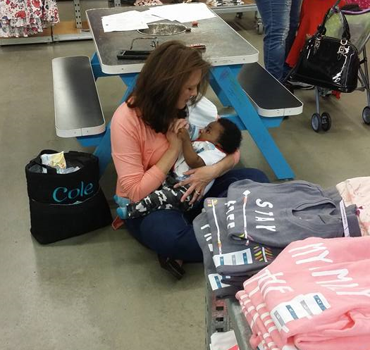 Stranger Helps Busy Mom - Proves There Is Hope In This World www.herviewfromhome.com