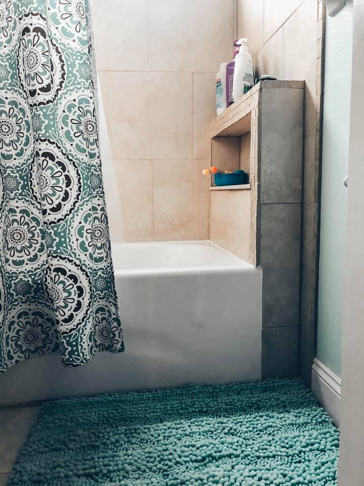 bathroom rug and tub