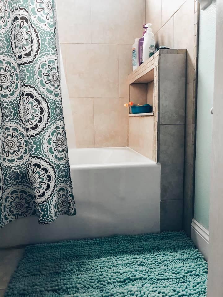 bathroom rug and tub